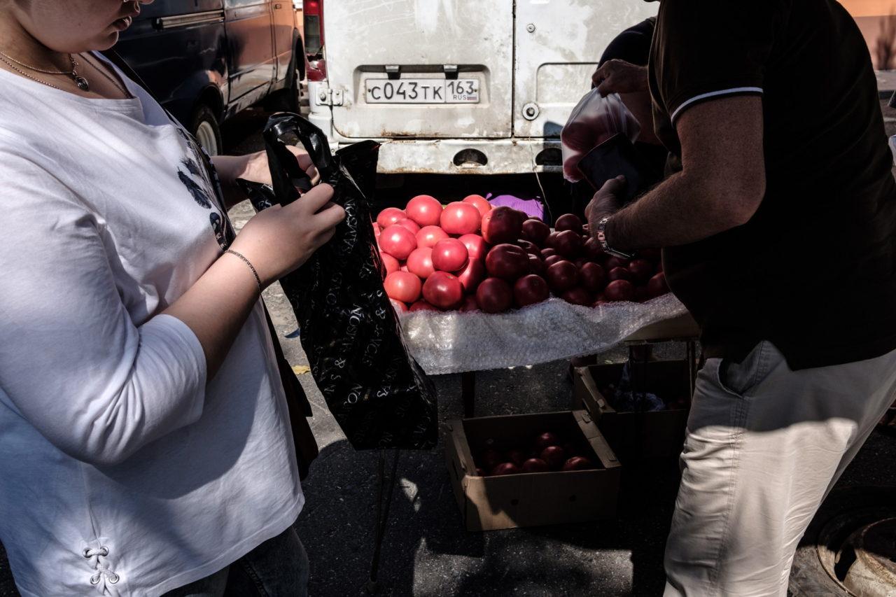 troem-ya-ey-vper-po-samie-pomidori-paltsem-zhope-video