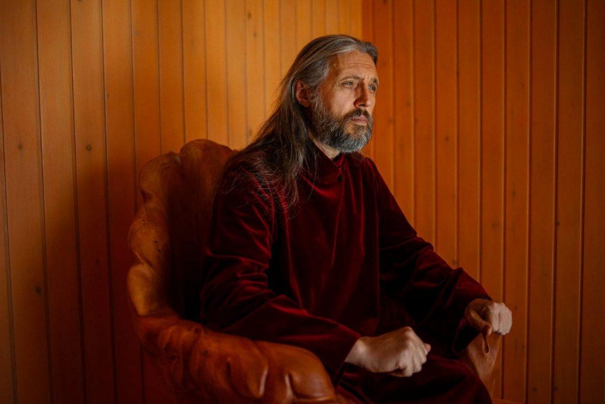 На фотографии Вииссарион, в миру Сергей Тороп, во время интервью журналистам.