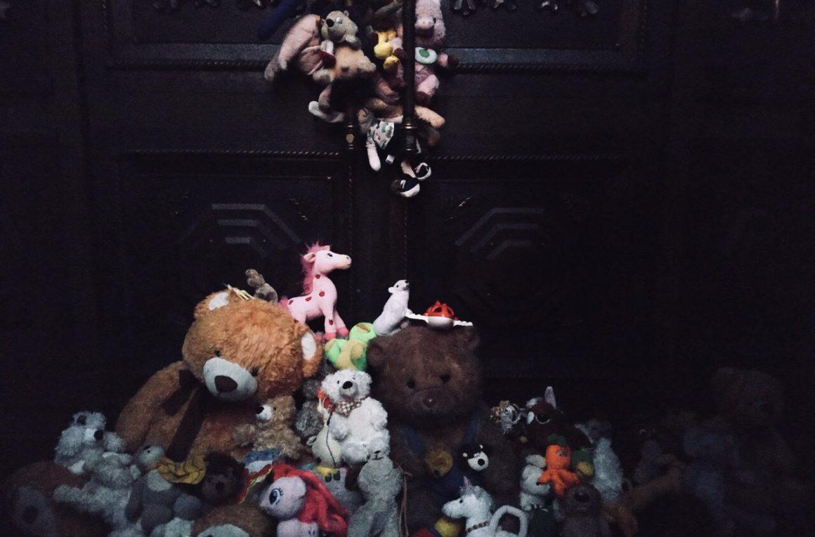 """В Москве прошла акция """"Марш матерей"""". Участники шествия выступили с требованием освободить из СИЗО фигуранток дела «Нового величия» - 18-летнюю Анну Павликову и 19-летнюю Марию Дубовик. Акция собрала порядка 1000 человек и завершилась у Верховного суда РФ. Участники шествия оставили у входа в здание мягкие игрушки - один из символов """"Марша"""". Акция прошла мирно, ни один человек не был задержан."""