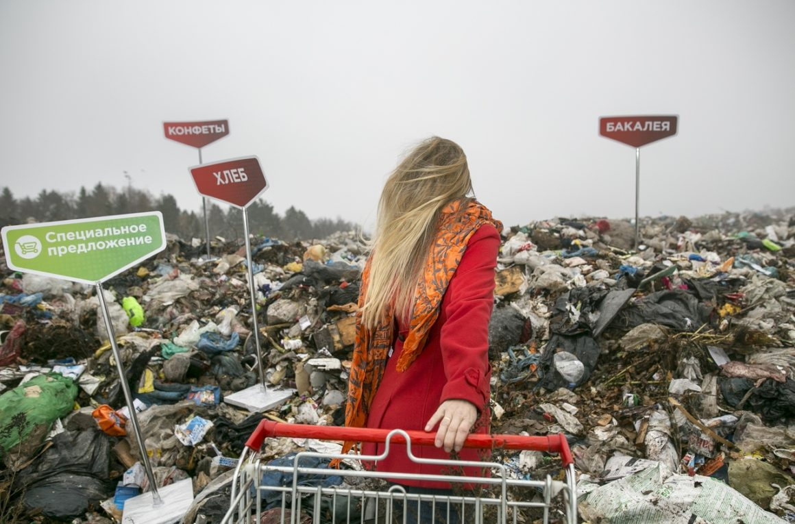На свалке в 150 километрах от Москвы появились стойки с названиями разных отделов супермаркета. Рядом с «бакалеей», «конфетами», «хлебом» и «специальным предложением» нет продуктов, только их упаковка, ставшая мусором.