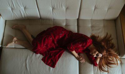 Упасть от смеха и заснуть: что такое нарколепсия и почему это не смешно