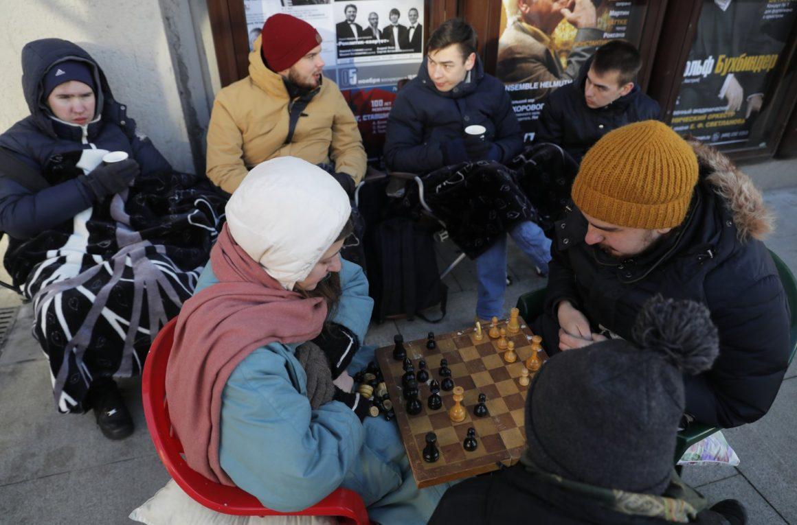Покупатели, ожидающие старта продаж смартфона iPhone X, играют в шахматы в очереди у магазина re:Store на Тверской улице в Москве. Старт продаж iPhone X начнется в России 3 ноября